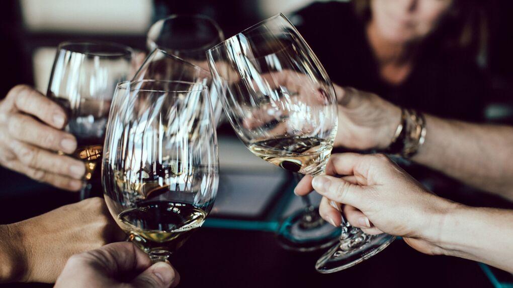 Cuatro vinos blancos españoles para quedar como un rey: les gustan a todos