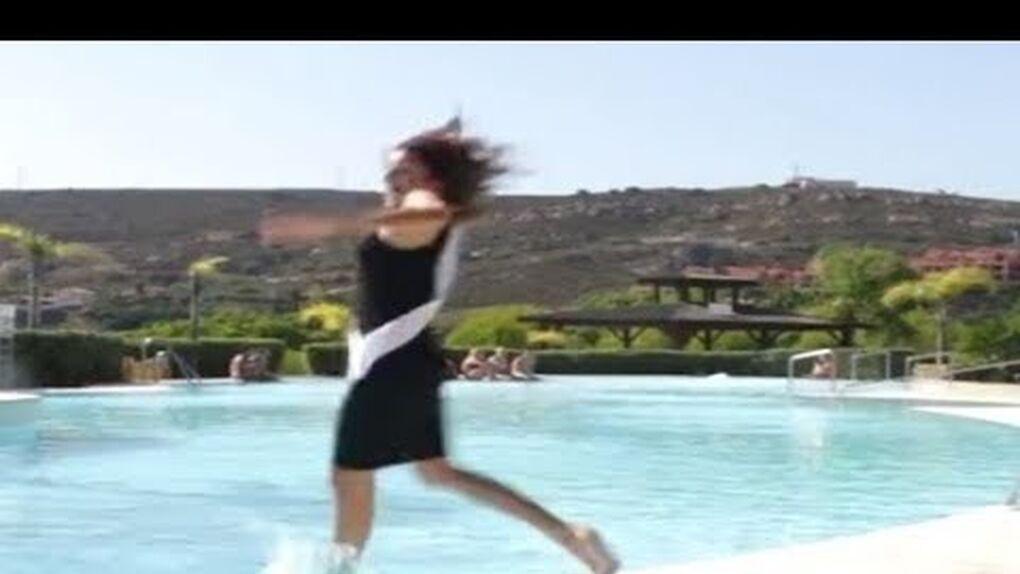 Se hace viral la caída de Miss Cáceres a la piscina mientras desfilaba