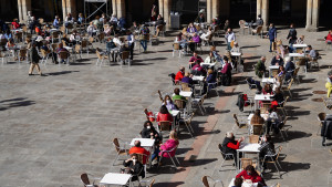 Varias personas en la terraza de un restaurante en Salamanca