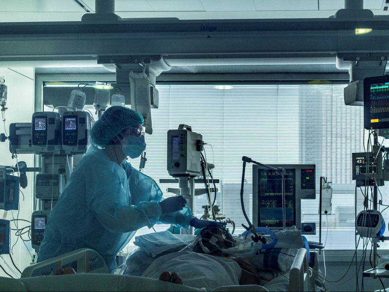 Profesionales del personal sanitario de las UCI del Hospital Universitario de Bellvitge para pacientes covid