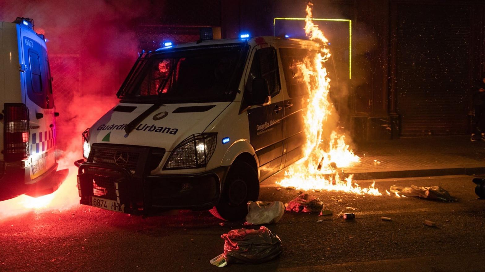 En libertad la joven italiana acusada de quemar un furgón de la Guardia Urbana en Barcelona