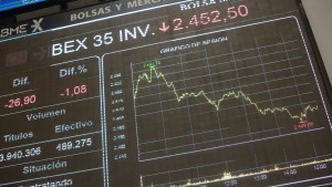 Panel con la evolución del Ibex en el Palacio de la Bolsa de Madrid.