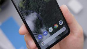 Móvil Android en una mano.