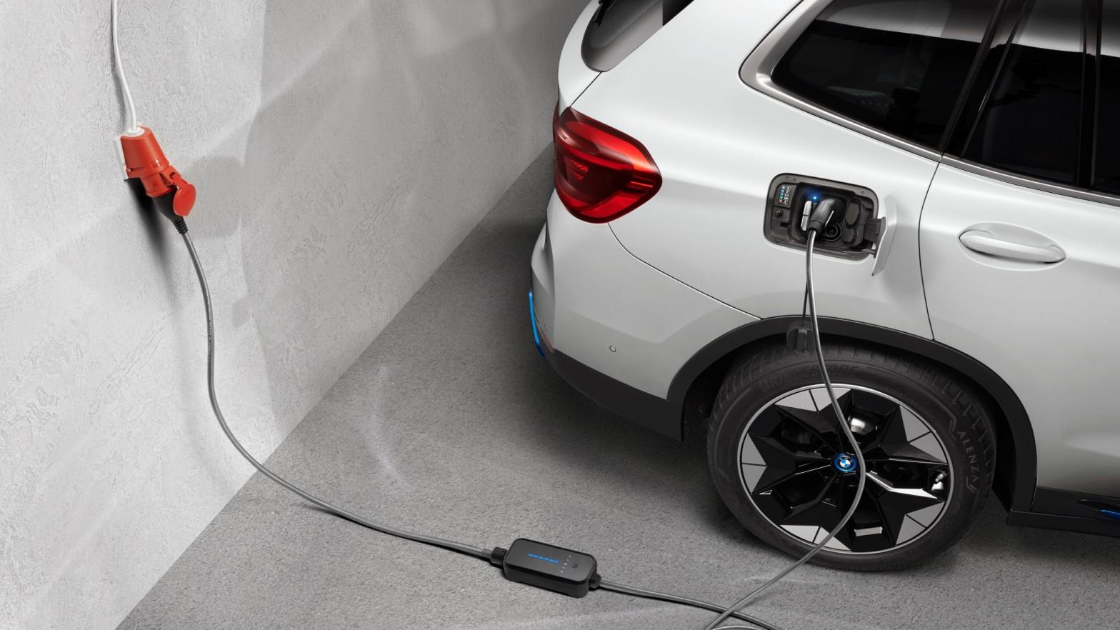 Un coche eléctrico durante la recarga.