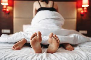 Pareja en la cama manteniendo sexo con lubricantes