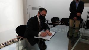 El conseller de Movilidad y Vivienda, Josep Marí, firma la primera resolución de expropiación de viviendas de grandes propietarios.