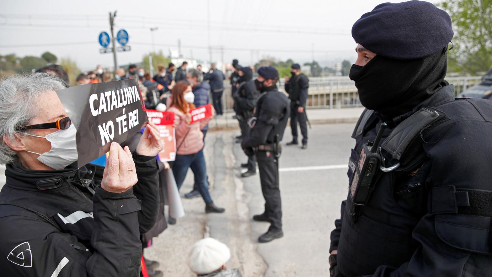 Los Mossos desalojan a una veintena de concentrados en Martorell ante  la visita del Rey