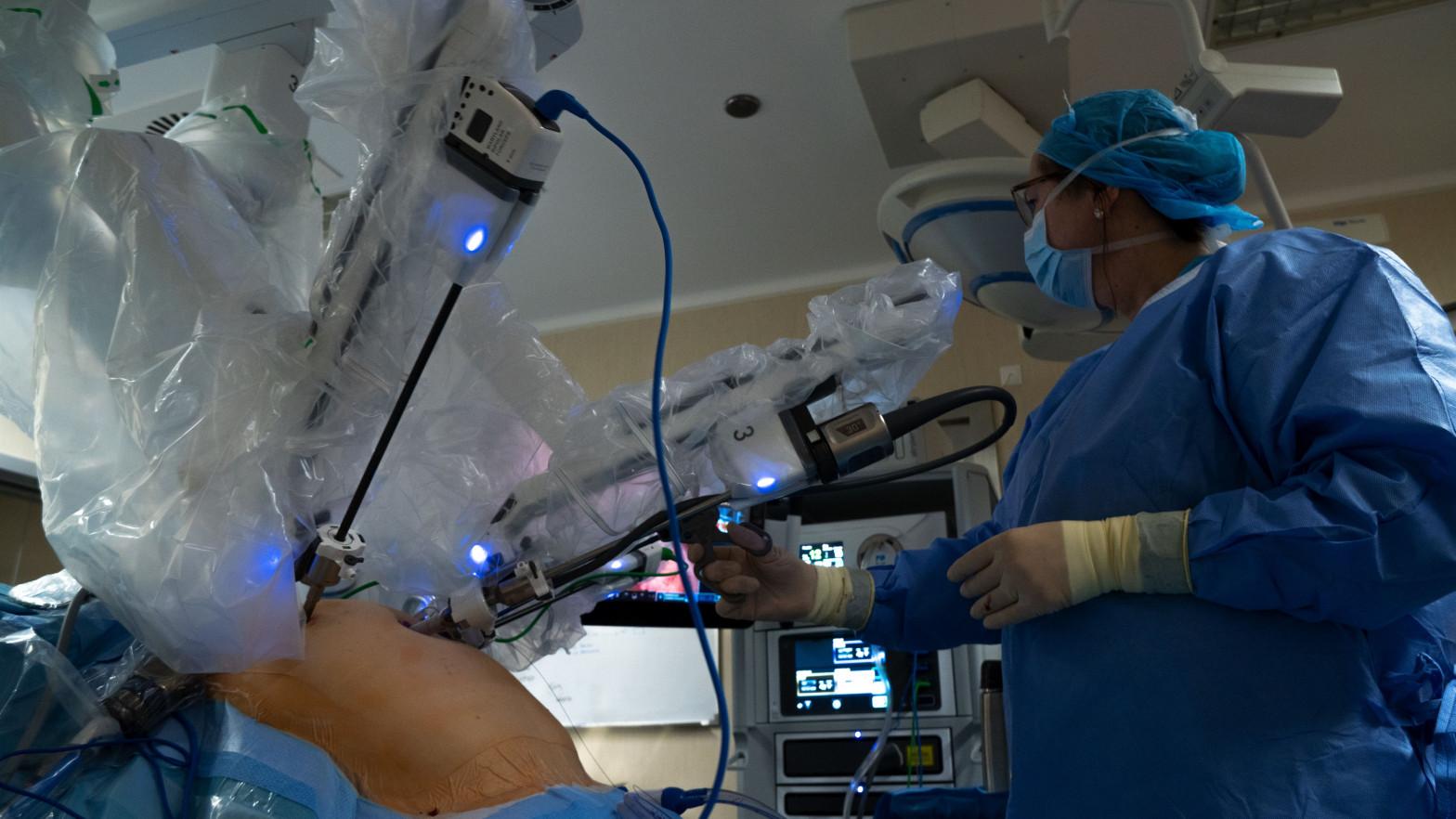 Cantabria gana a Ferrovial: deberá costear los gastos de los robots Da Vinci de su hospital