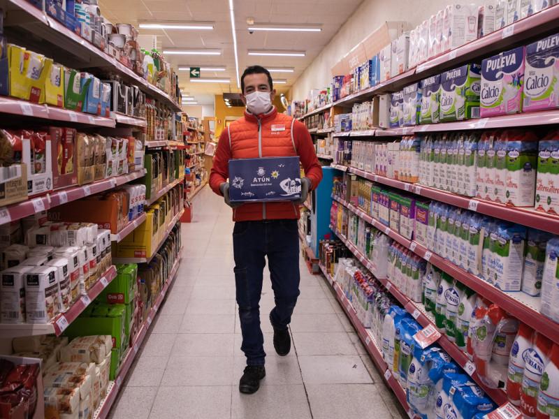 Daniel Méndez repone productos en el supermercado
