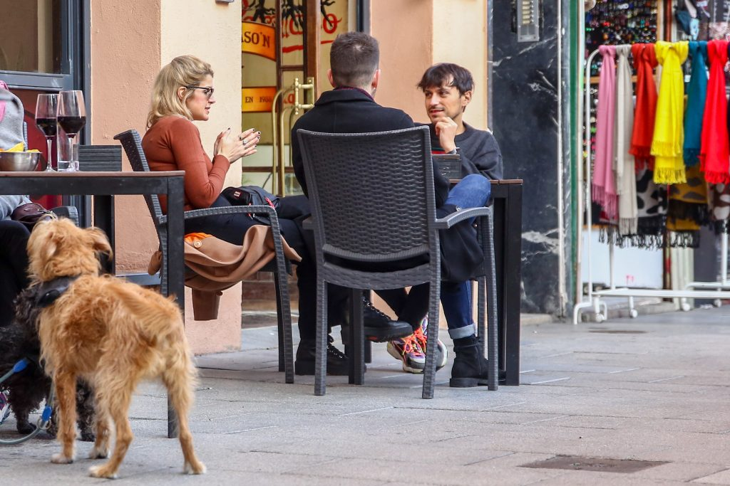 Una mesa en una terraza del distrito de La Latina en Madrid (España).