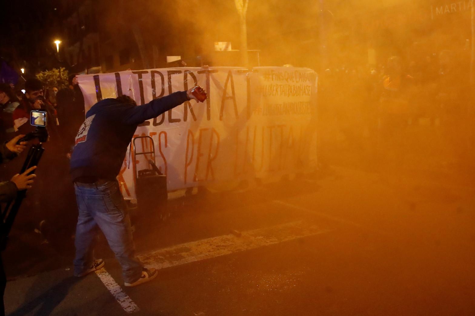 Encapuchados atacan a los Mossos en una nueva noche de disturbios en Barcelona