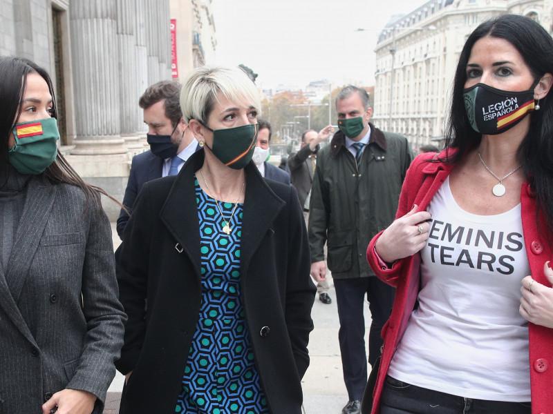 La diputada de Vox Carla Toscano junto a dos compañeras de partido con la camiseta Feminist Tears