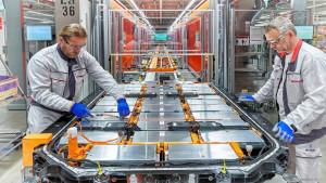 Operarios en una fábrica de baterías.