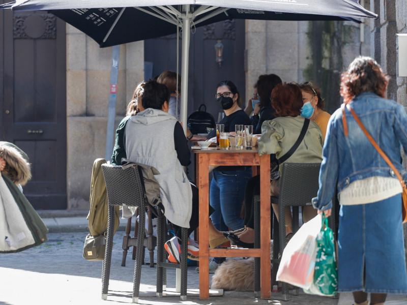 Varias personas en la terraza de un bar en el barrio de Bouzas, en Vigo, Galicia (España).