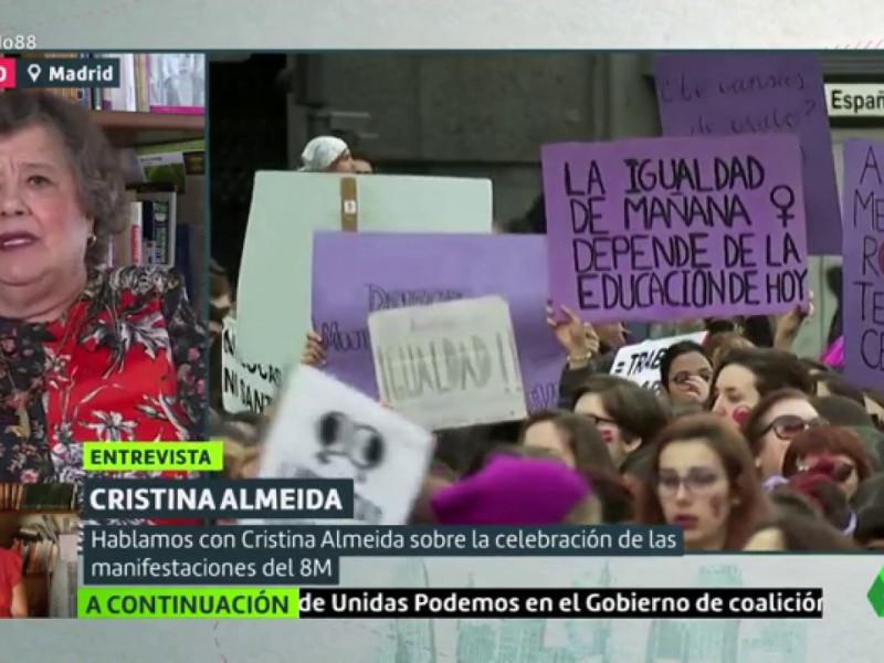 Irene Montero y Cristina Almeida reparten carnés de mujer