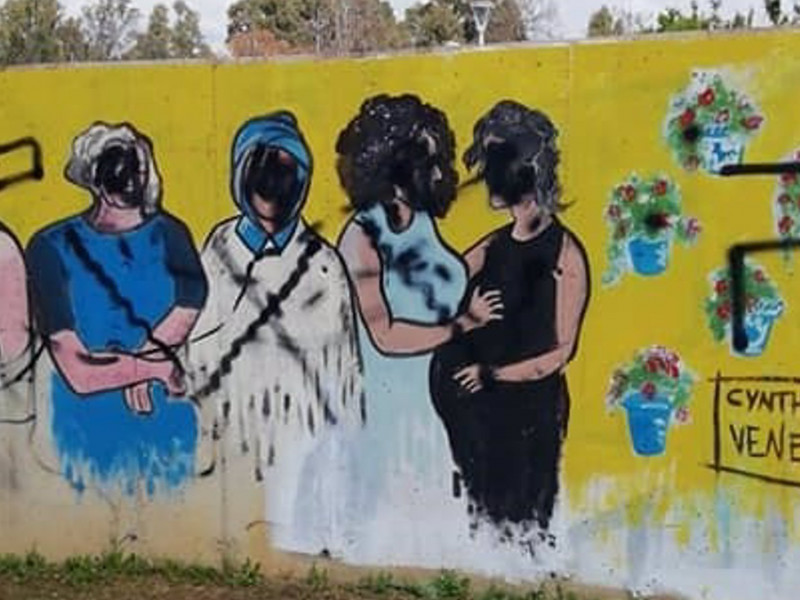 Pintadas en el mural feminista del Parque Moret de Huelva.