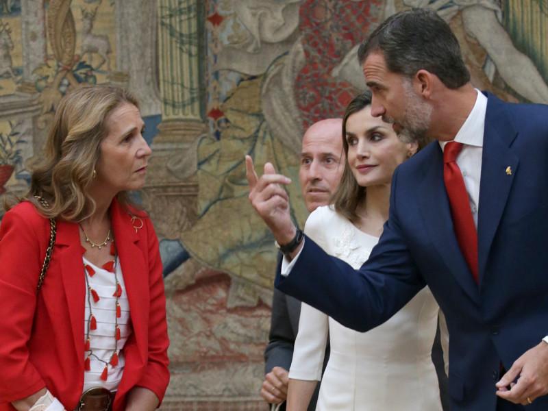 La infanta Elena con Felipe y Letizia