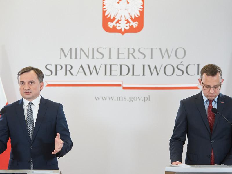 El ministro de Justicia de Polonia, Zbigniew Ziobro (izq)
