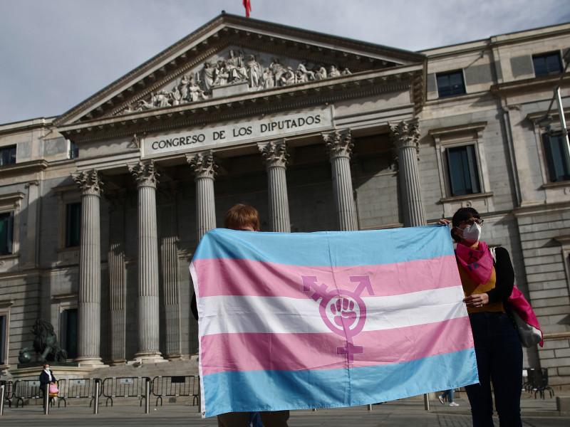 El desabastecimiento de un medicamento hormonal sacude al colectivo trans en España