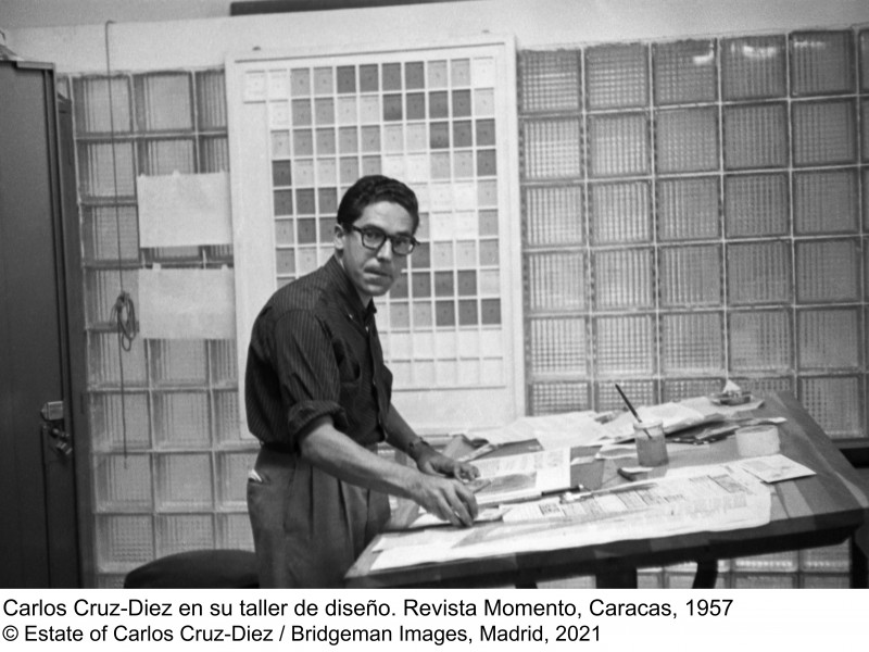 Carlos Cruz-Diez en su taller de diseño. Revista Momento, Caracas, 1957 © Estate of Carlos Cruz-Diez / Bridgeman Images, Madrid, 2021
