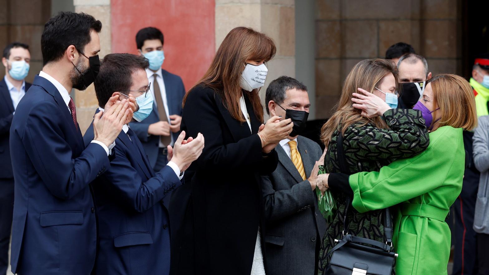 Meritxell Serret (ERC) llega al Parlament entre aplausos de los diputados independentistas