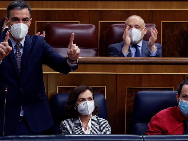 Pedro Sánchez y Pablo Casado abren la campaña electoral de Madrid con acusaciones de corrupción
