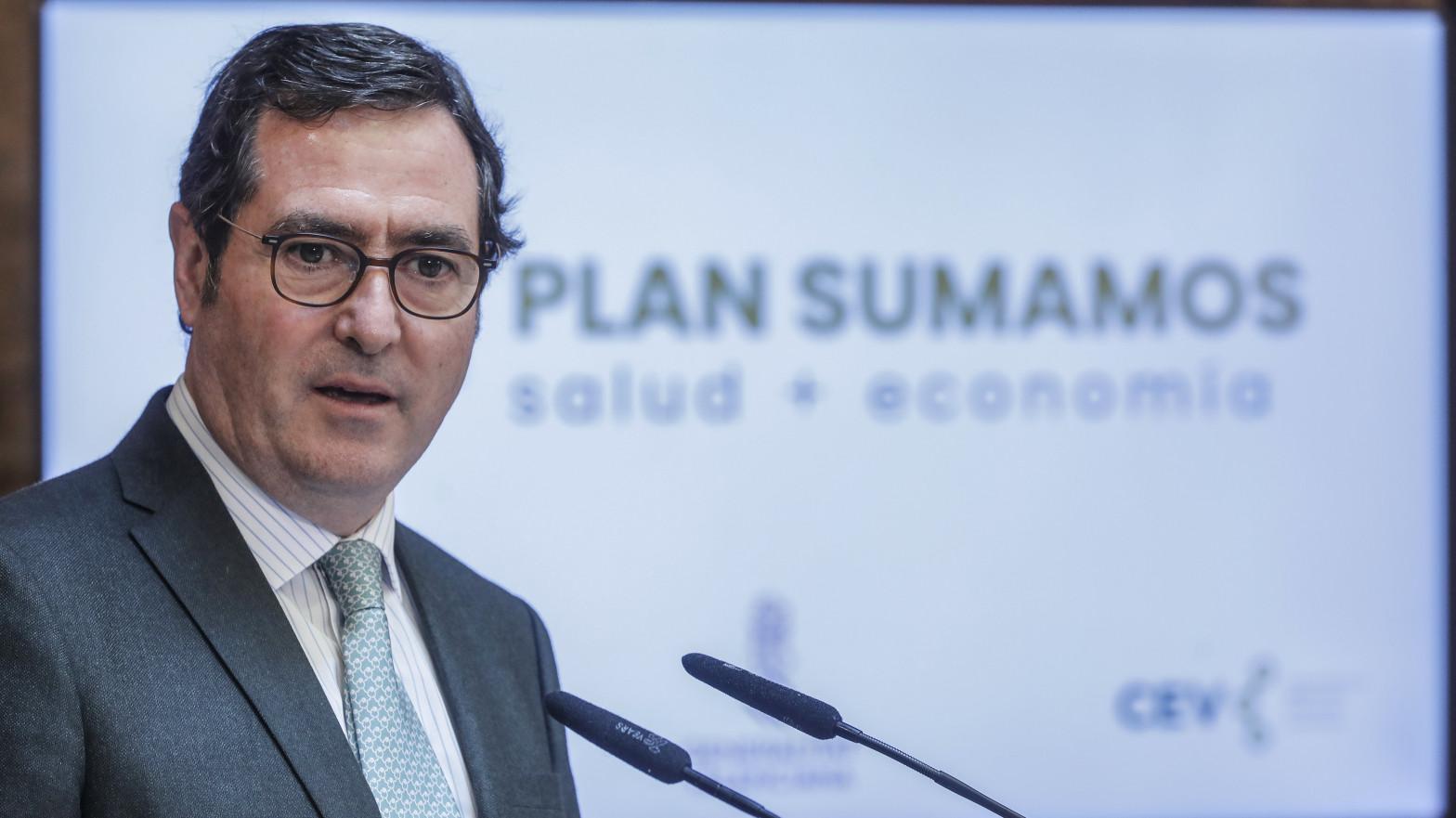 El presidente de la CEOE 'planta' al candidato Iglesias y evita hacerse una foto