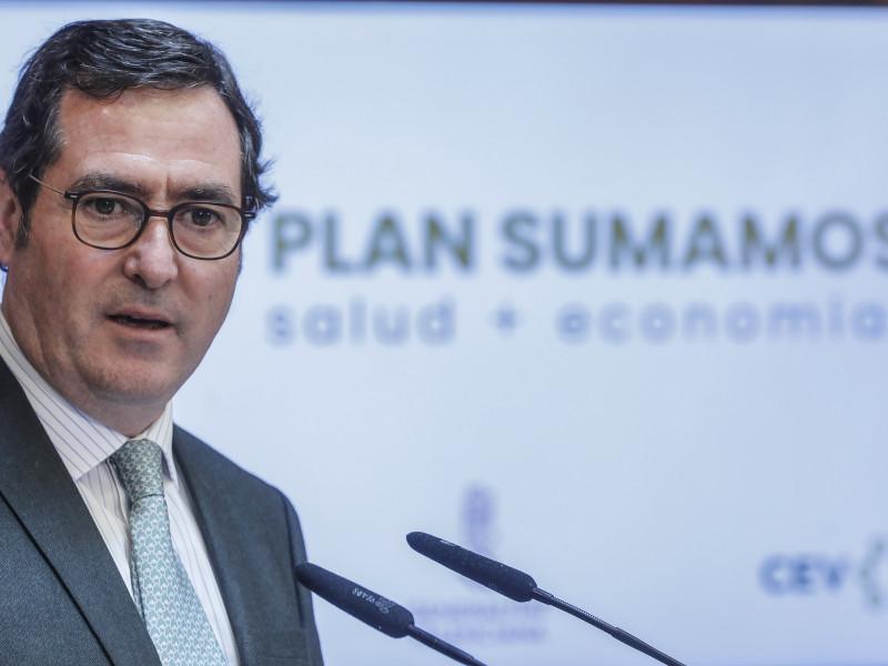 El presidente de CEOE planta al candidato Iglesias en un acto para evitar la foto