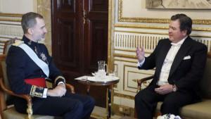 Felipe VI saluda al embajador de EEUU, Richard Duke Buchan III, en el Palacio Real, en enero de 2018.