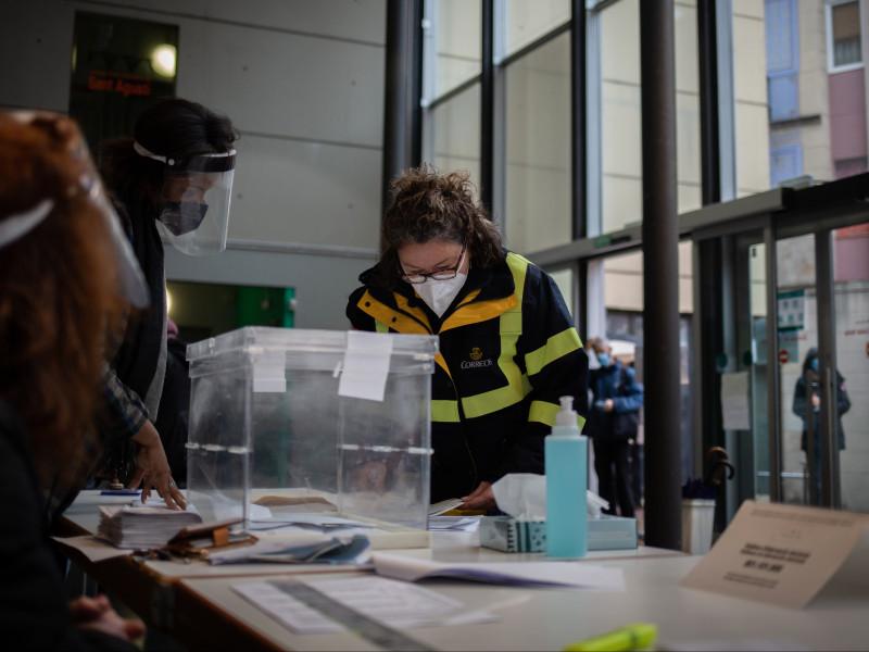 La gran incógnita de las elecciones en Madrid: ¿influirá la absteción por votar entre semana?