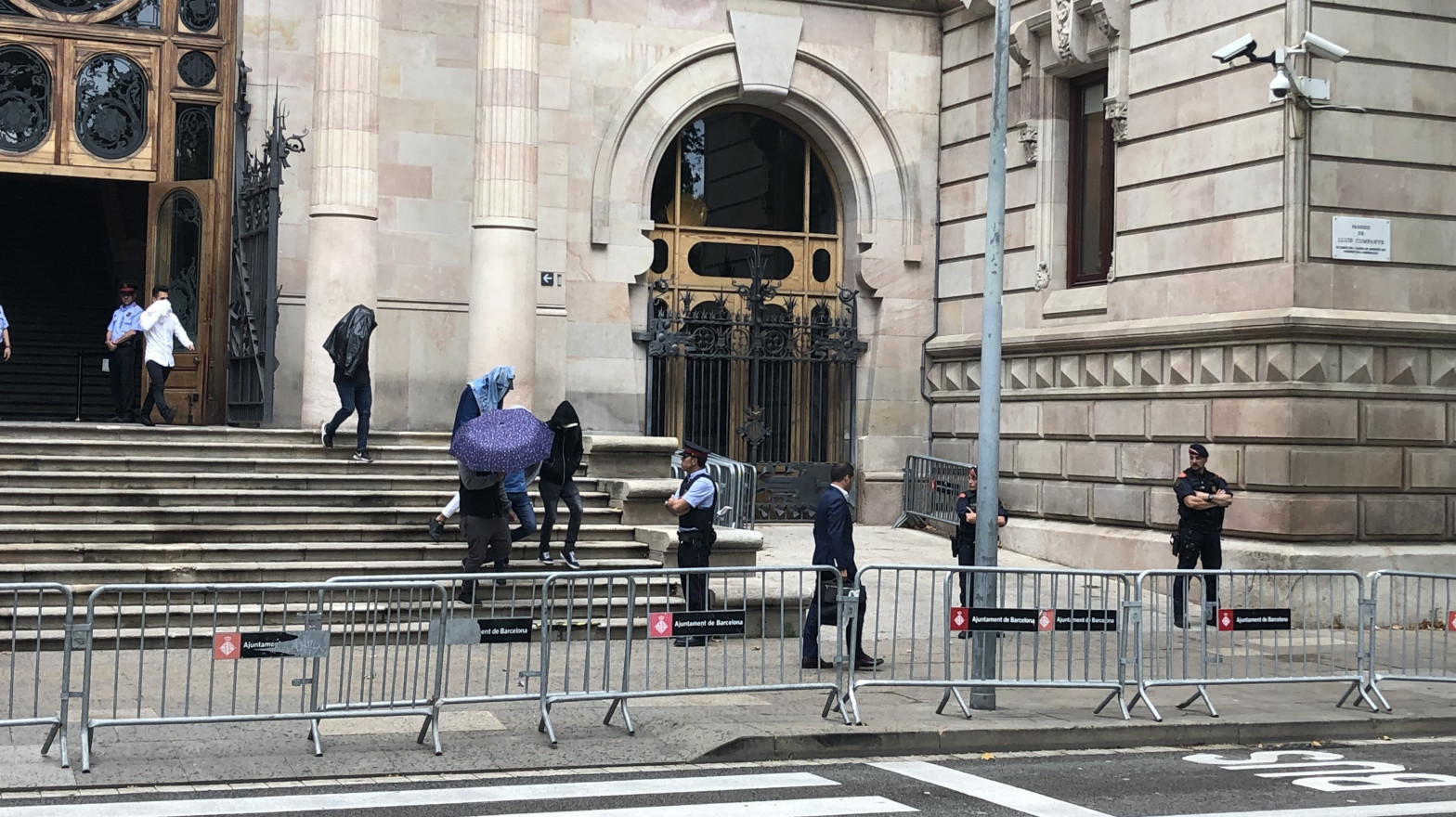 Mantienen en libertad a tres condenados de la 'manada' de Manresa (Barcelona)