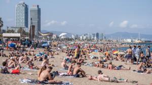 Playas y terrazas llenas en Cataluña con el relajamiento de las restricciones