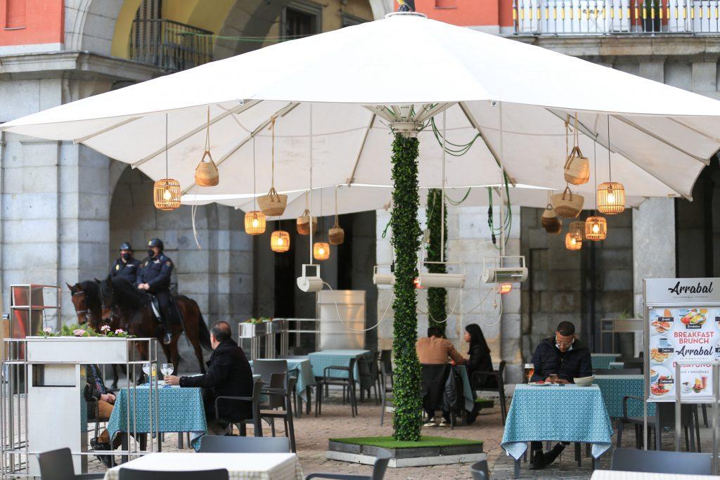 Varias personas en la terraza de un bar en el centro de Madrid (España)