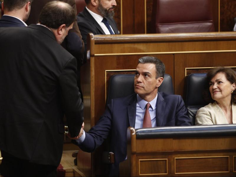 Oriol Junqueras saluda a Pedro Sánchez.