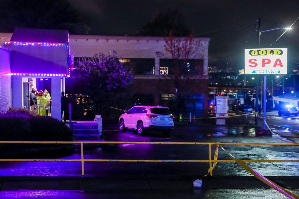 La policía acude al lugar donde al menos ocho personas resultaron muertas en tiroteos a tres salones de masajes asiáticos en Atlanta.