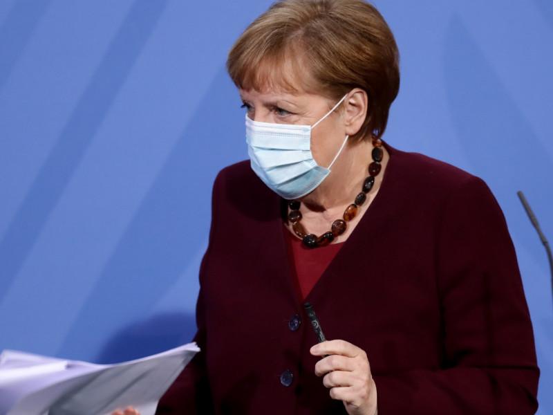 """Merkel ve """"notables problemas legales"""" para prohibir vacaciones en extranjero"""