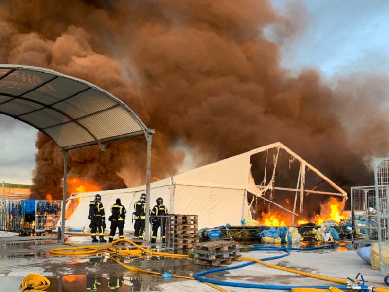 Un aparatoso incendio en una nave industrial de Fuencarral (Madrid) provoca grandes columnas de humo