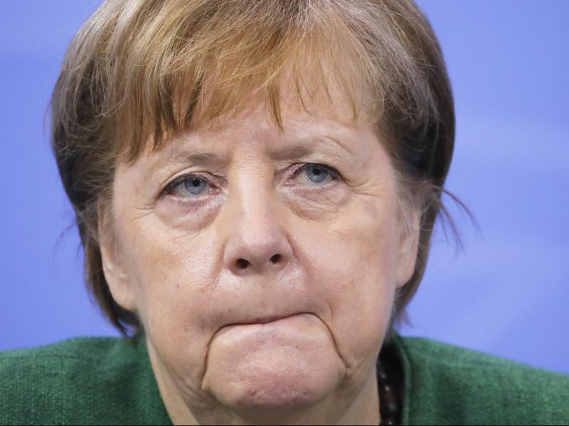Merkel contempla levantar restricciones a vacunados y suprimir prioridades