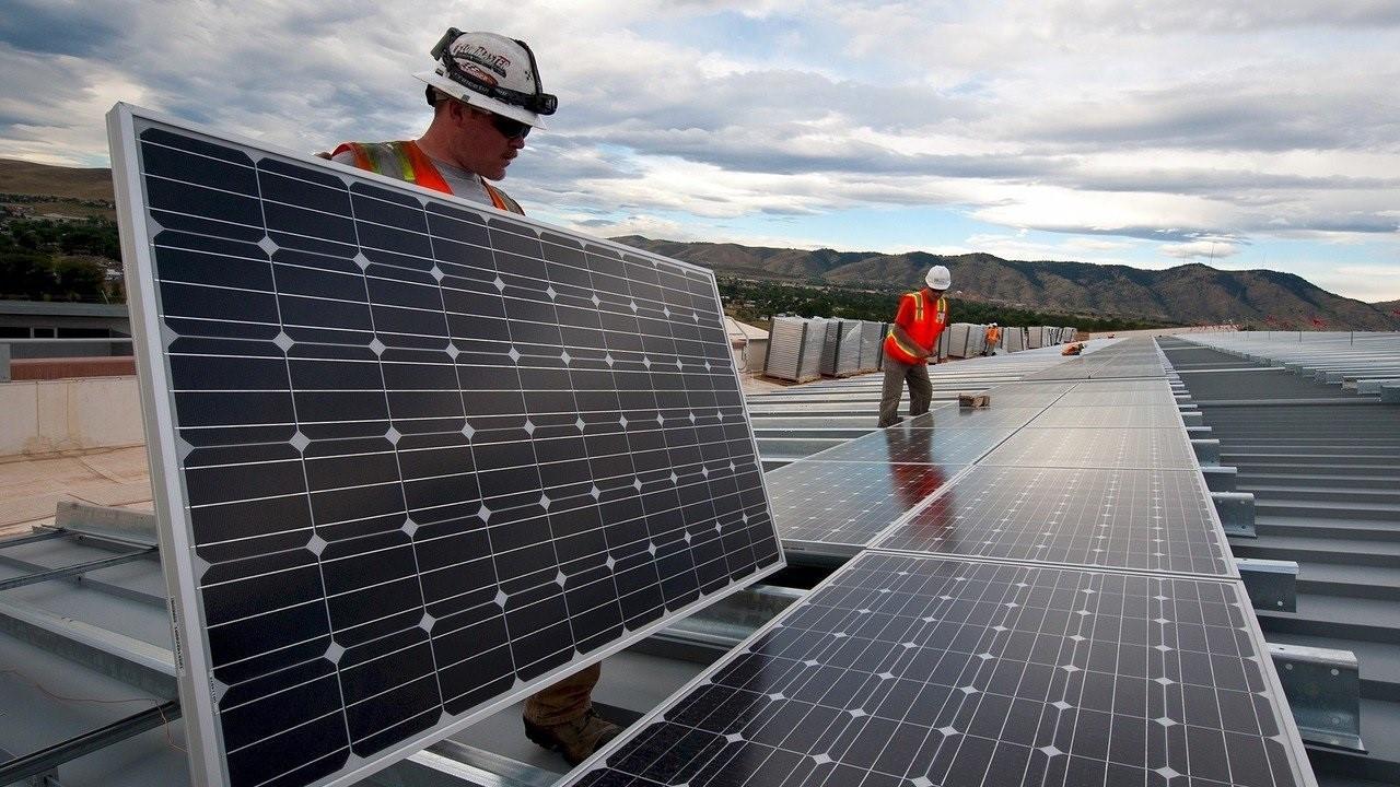 La sombra del ERE acecha a las energéticas pese al 'boom' de los fondos verdes