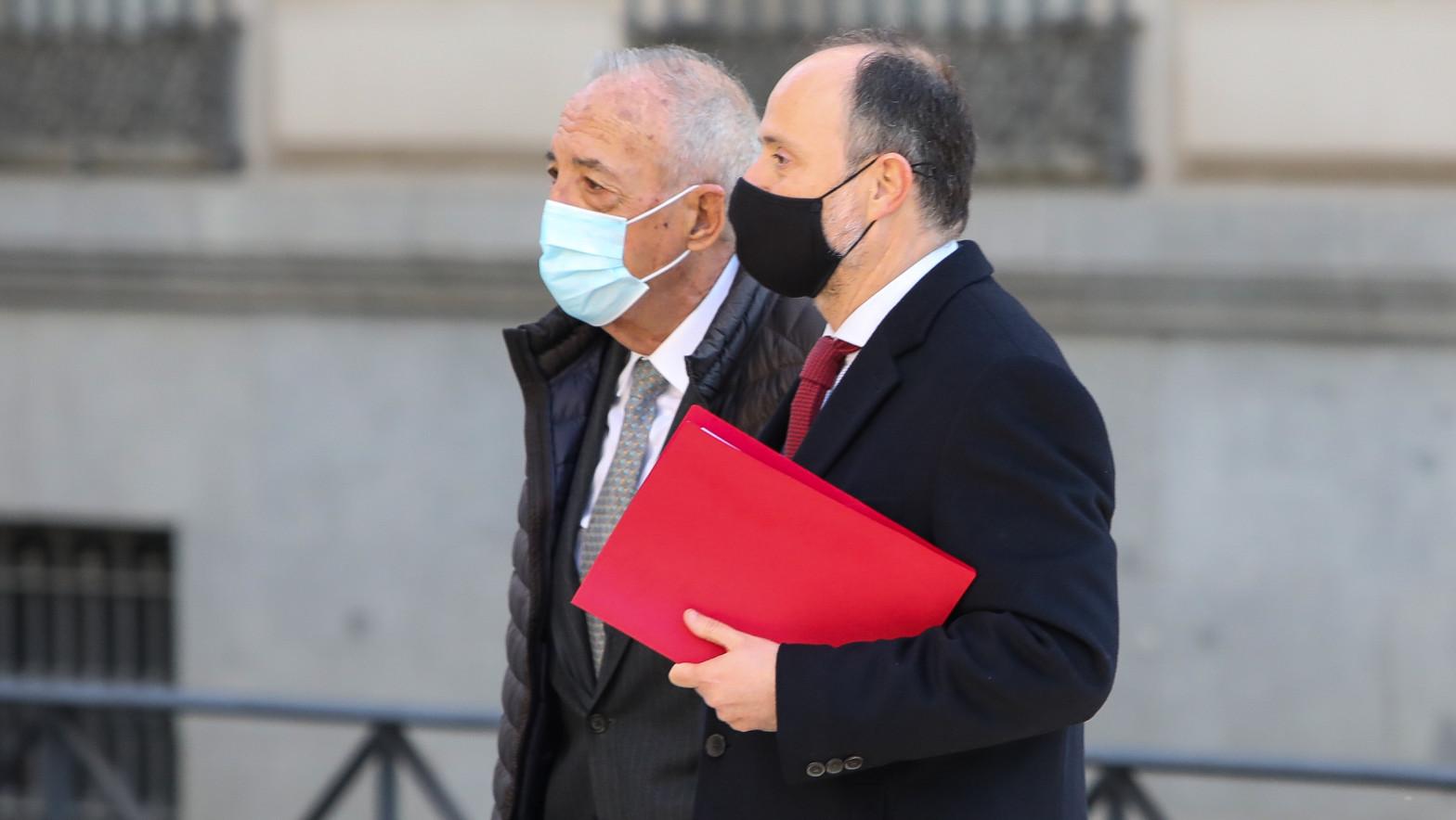 El juez desimputa al empresario al que Bárcenas acusó de entregar 60.000 euros a Aguirre