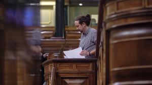 Pablo Iglesias entrega su acta de diputado en el Congreso