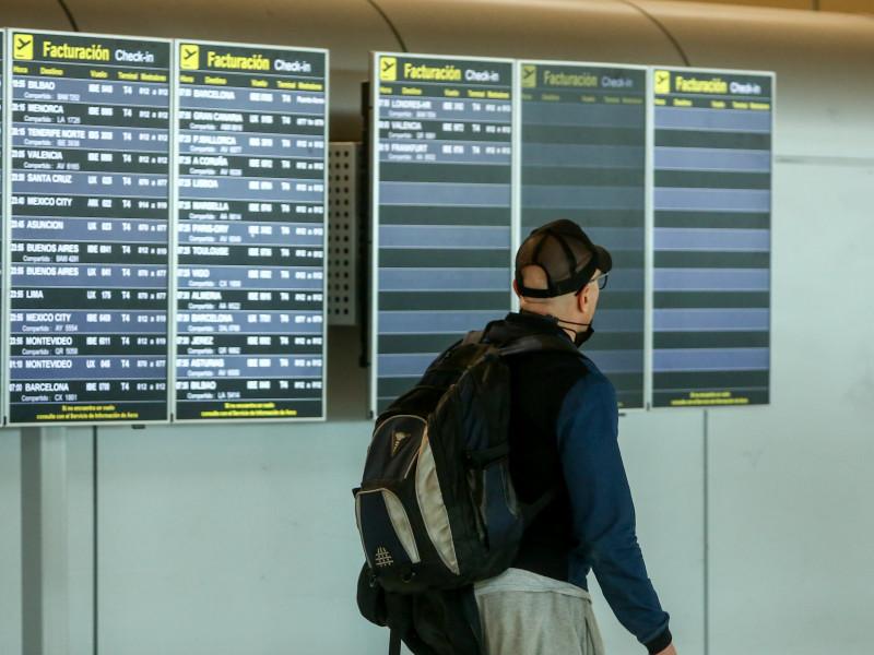 Un hombre camina con una mochila en la terminal T4 del Aeropuerto Adolfo Suárez Madrid-Barajas.