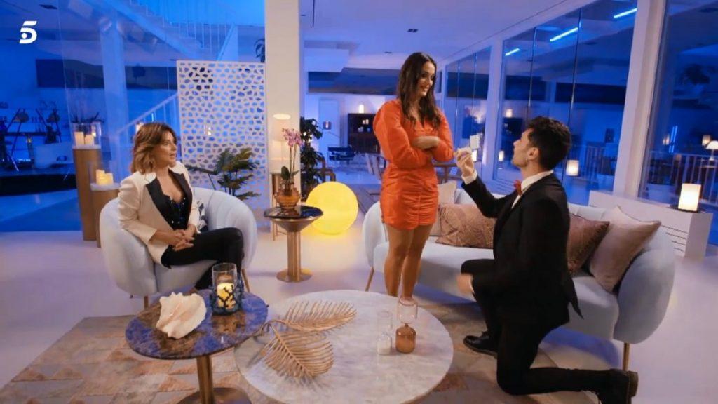Hugo le pide matrimonio a Lara y Sandra Barneda se queda con la boca abierta