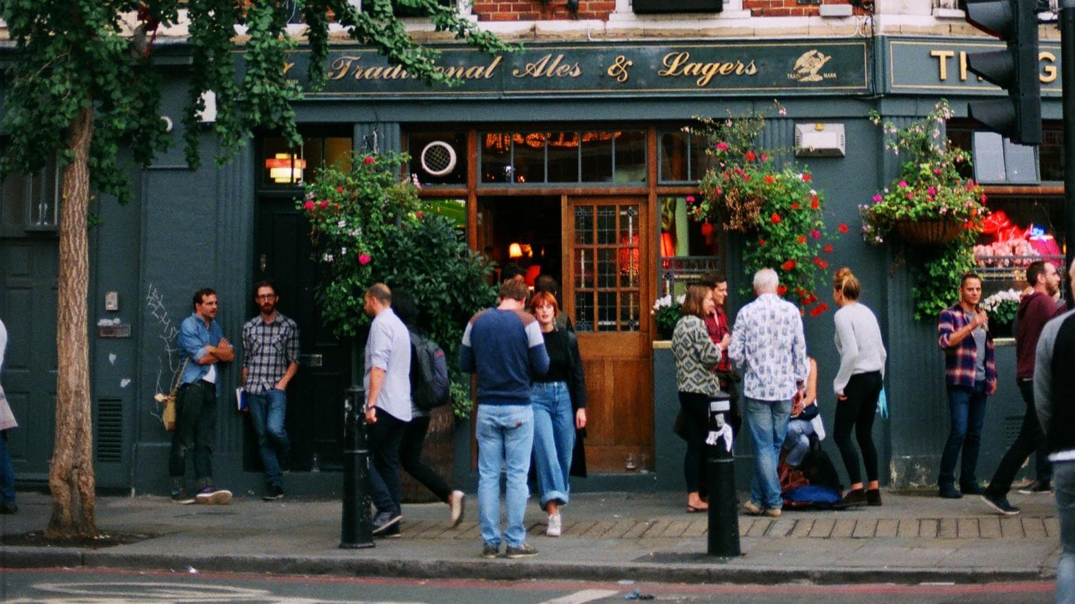 Londres estudia si los pubs británicos deben exigir certificados de vacunas