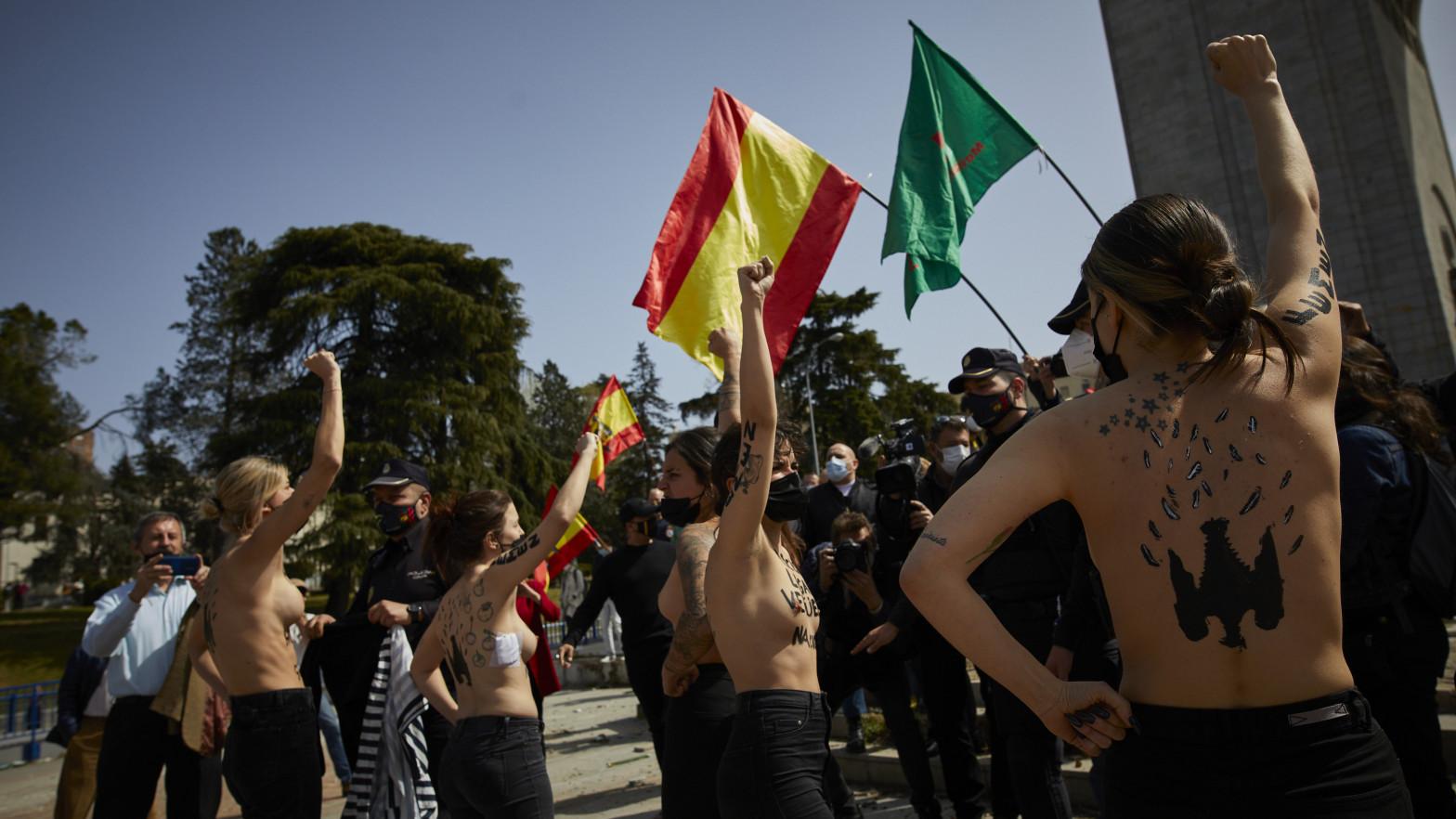 Activistas de Femen y partidarios de Franco se han enfrentado este domingo en Madrid.