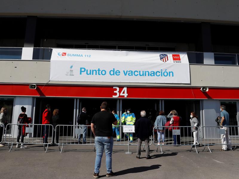 Madrid empieza a vacunar a personas de 60 a 65 años en el Wanda Metropolitano