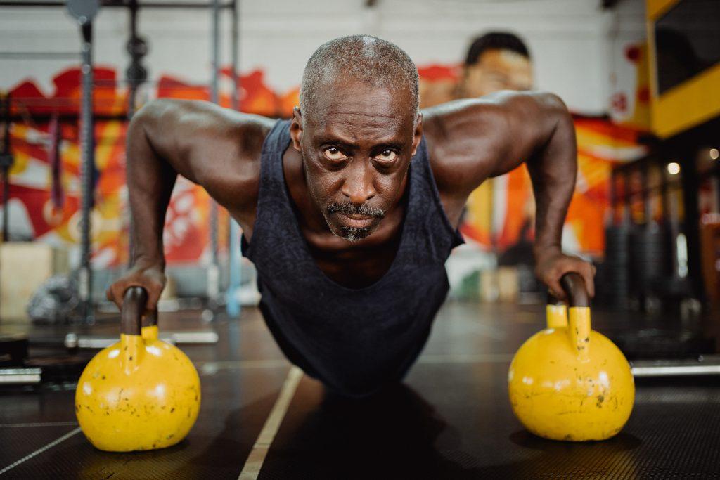 gimnasio hombre mayor maduro veterano