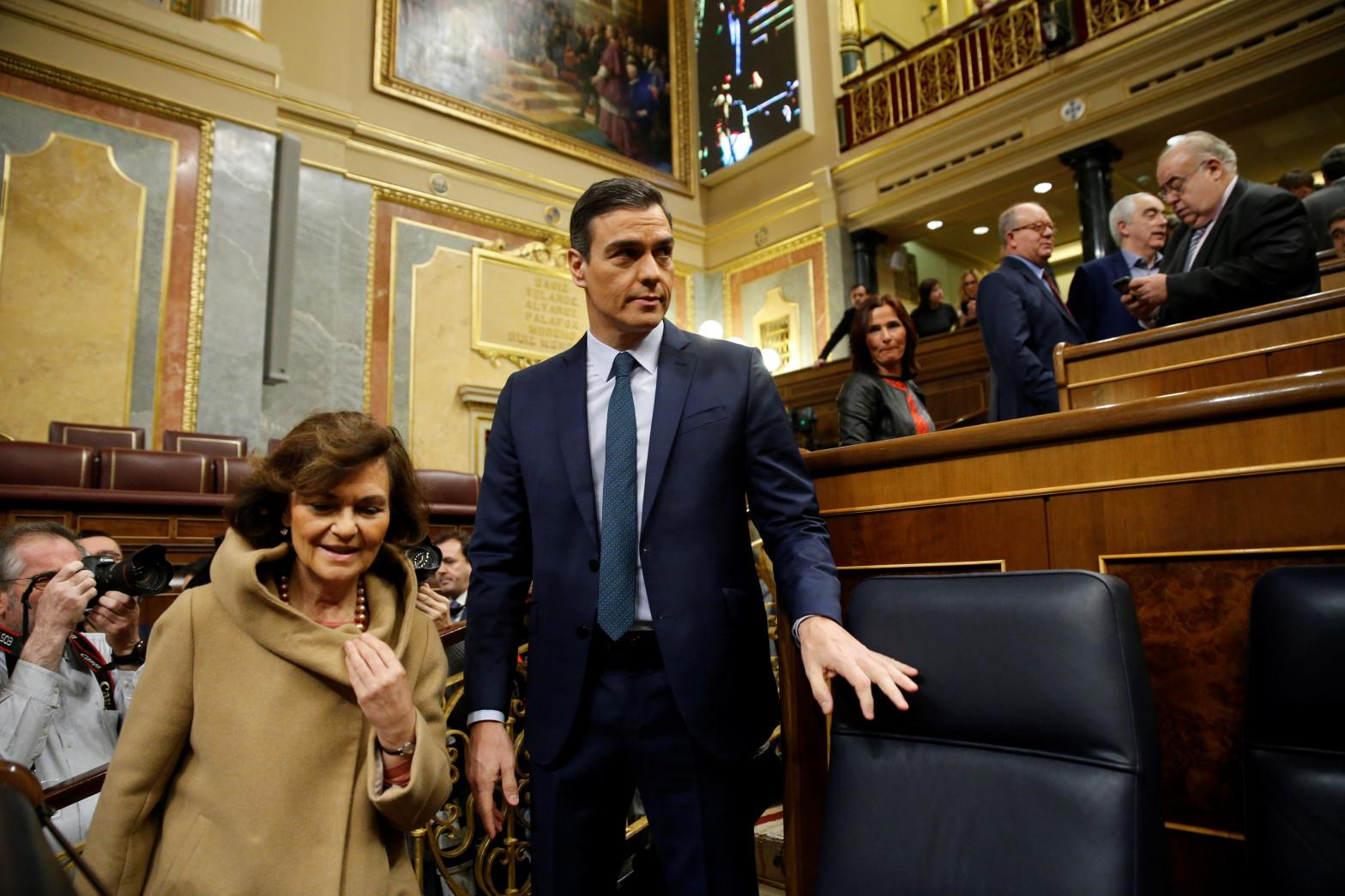 El presidente del Gobierno, Pedro Sánchez, y su vicepresidenta, Carmen Calvo.