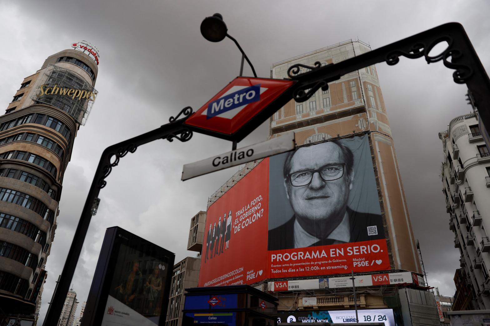 El PSOE despliega una nueva lona de publicidad electoral en Callao