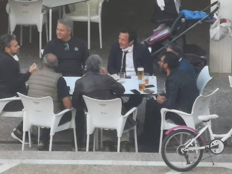 Kichi pagará una multa por compartir mesa con seis personas